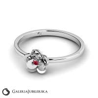 14k white gold flower ring with ruby