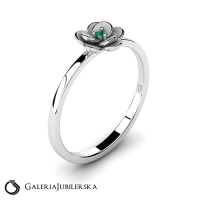 14k white gold flower ring with emerald